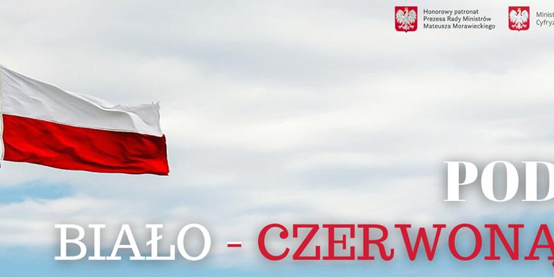 Na zdjęciu błękitne niebo całkowicie pokryte białymi chmurami. Z lewej strony widoczny maszt, na którym rozwiewa biało-czerwona flaga Polski. W prawym górnym roku obok siebie znadują się dwa godła Polski – biały orzeł na czerwonym tle. Na dole widnieje duży biało-czerwony napis POD BIAŁO-CZERWONĄ.